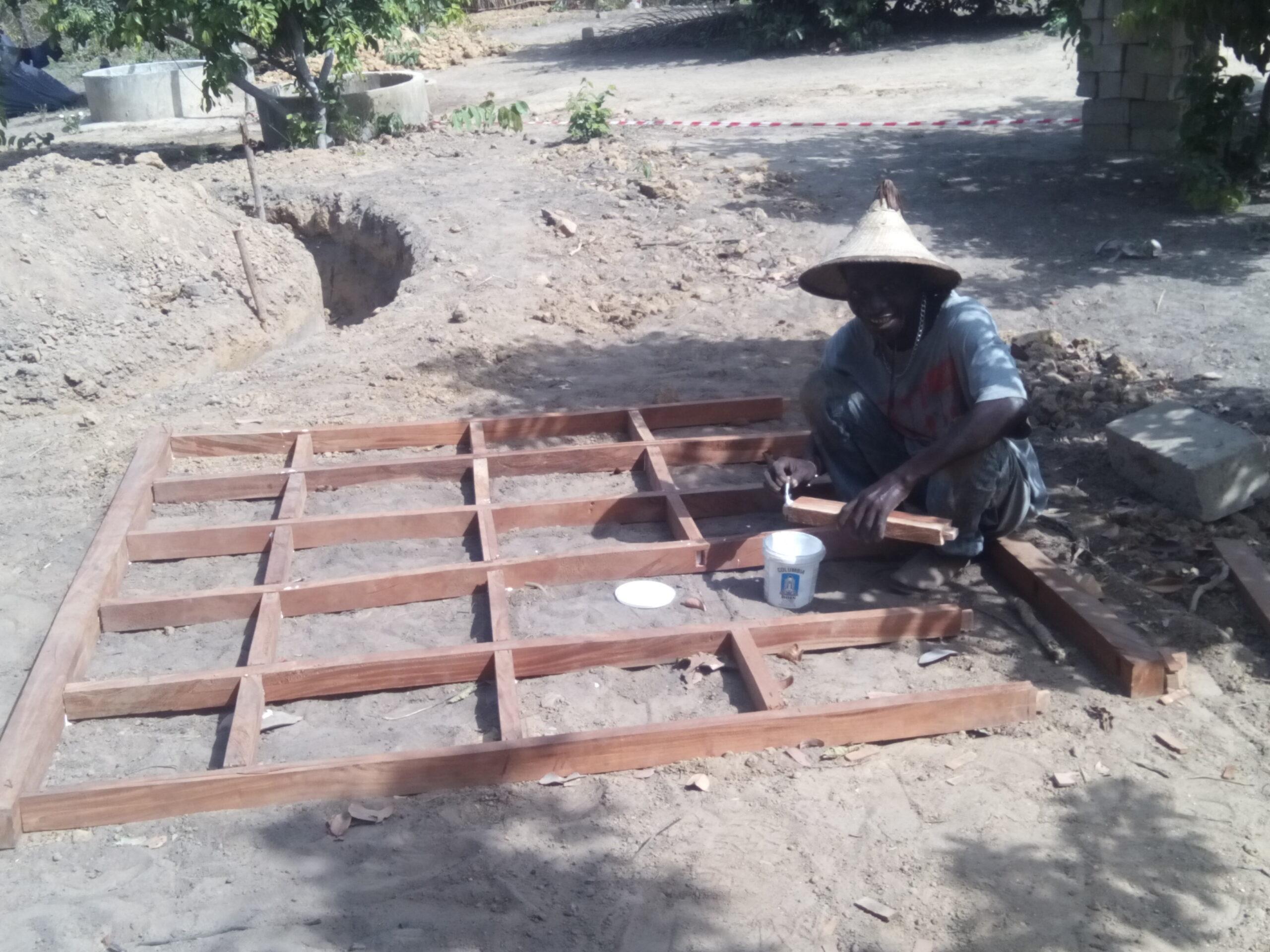 8P.Truhlář vyrábí hlavní bránu na zahradě YAGANY